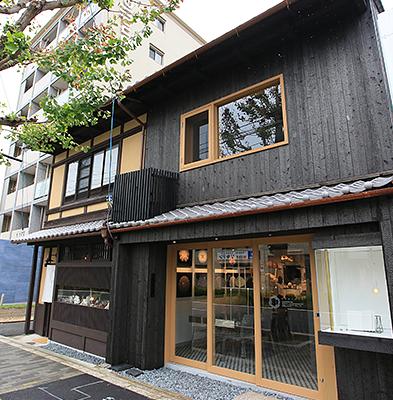 外観 : ミセ・ヤドの隣にカフェはございます。