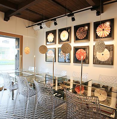 客席 : ガラステーブルは展示台でもあり、ご飲食もしていただけます。