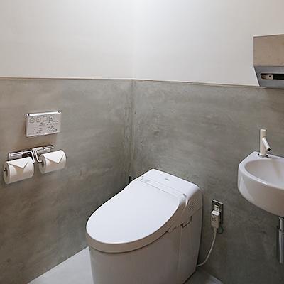 トイレ : 少し広めに確保したトイレ。おむつ替台も置いています。
