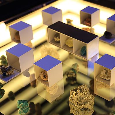 旅する小惑星ディスプレイ : 鉱物の美をテーマにした「旅する小惑星」の専用什器。鏡を使った仕掛けによる宇宙空間のような広がりは店頭でお確かめください。
