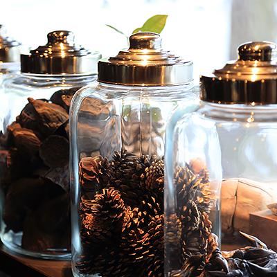 ショーウィンドウ : ガラス瓶に入った様々な木の実が並んでいます。