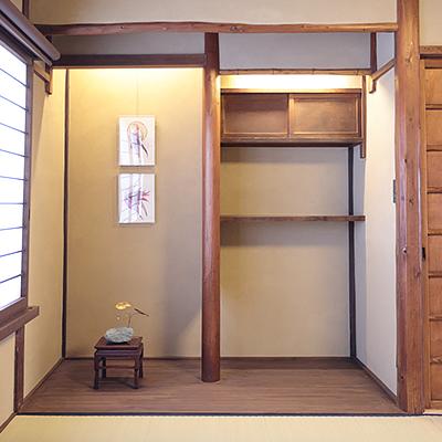 2階客室 : 床の間には自然をモチーフにしたアート作品を飾っています。