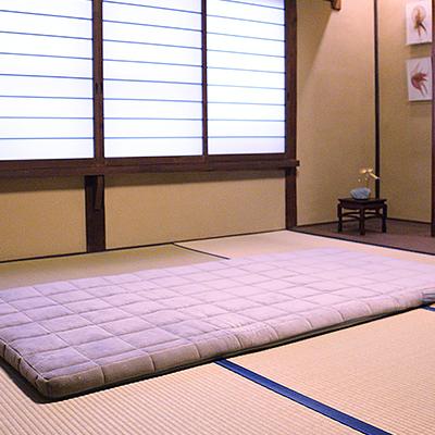 寝具 : 高級旅館や一流ホテルでも導入されている「エアウィーヴ四季布団」をご用意しております。旅先での快適な睡眠をお楽しみください。