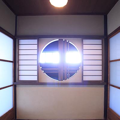 2階吹き抜け : 丸窓のしょうじを開けていただくと吹き抜け空間になっています。火袋(ひぶくろ)と呼ばれる京都の町家ならではの空間です。
