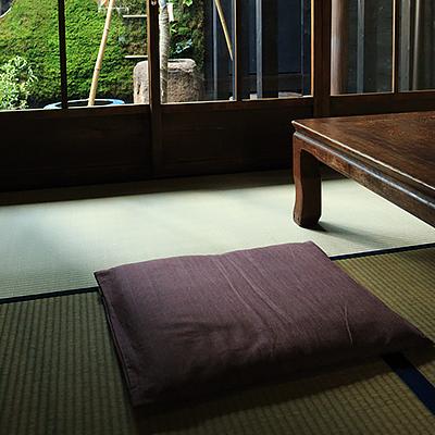 1階和室 : 南側4.5帖のお部屋です。庭を眺めながらゆったりとした時間を過ごしていただけます。