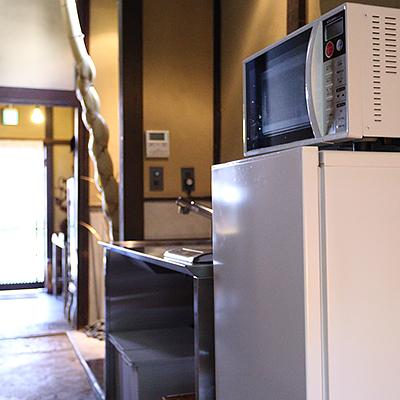 1階キッチン : 電子レンジ、冷蔵庫